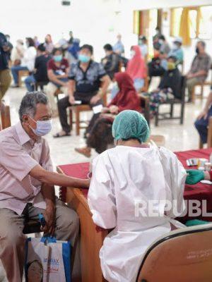 Menengok Vaksinasi Covid-19 Lansia di SMA Negeri 8 Jakarta
